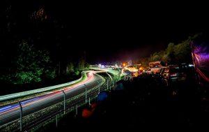 Nachtaufnahme der Rennstrecke am Nürburgring.