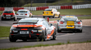 Mehrere Autos fahren ein Rennen auf dem Nürburgring