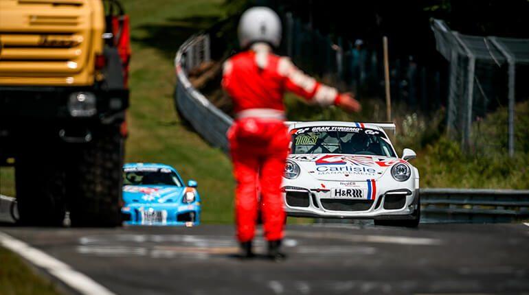Zwei Rennwagen fahren ein Rennen auf dem Nürburging