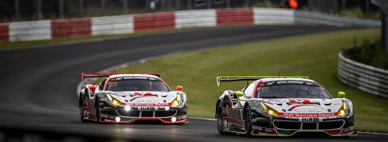 Zwei Rennwagen fahren ein Rennen auf dem Nürburgring.